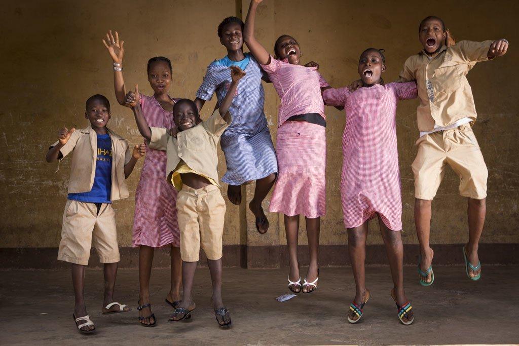 L'augmentation des mutilations génitales féminines et des mariages précoces en Guinée suscite la préoccupation. Ici, un groupe d'enfants dans une salle de classe en Guinée