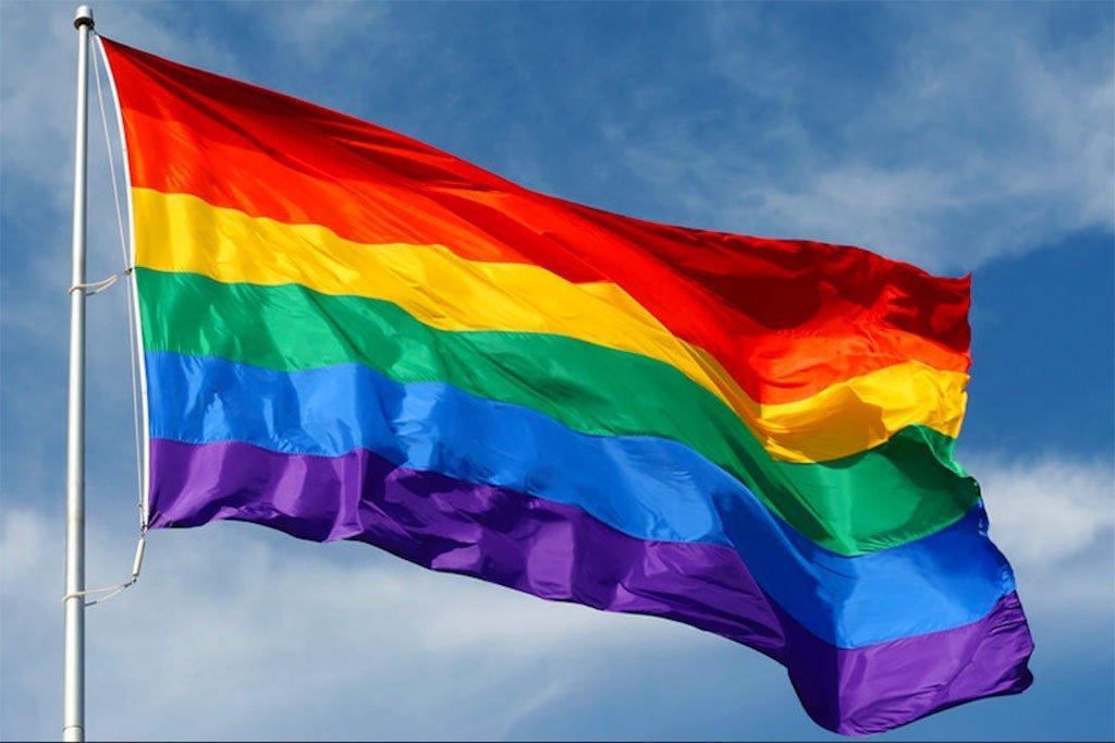 Le drapeau arc-en-ciel, communément appelé le drapeau de la fierté LGBT.