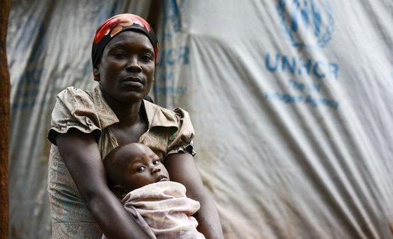 Une réfugiée du Burundi, Perrie, a fui son domicile avec ses trois enfants, et a trouvé refuge dans le camp en Tanzanie.