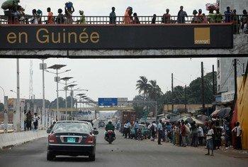 Scène de rue à Conakry, la capitale de la Guinée.