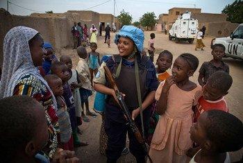 Un casco azul habla con residentes de Gao, en el norte de Mali.