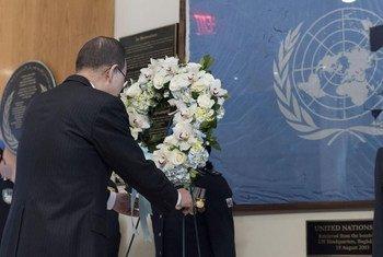 潘基文秘书长在纽约总部向牺牲的维和人员敬献花圈。联合国图片/Mark Garten