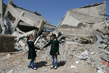 Школьницы у разрушенного здания школы в Газе. Фото ЮНИСЕФ/Эйад Эль Баба