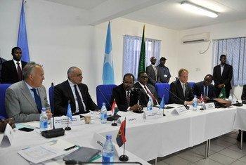 President Hassan Sheikh Mohamud of Somalia; Prime Minister Omar Abdirashid Shamarke; Security Council President Abdellatif Aboulatta (Egypt); and Ambassador Matthew Rycroft (UK) meet in Mogadishu.