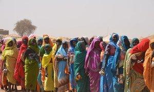 Des femmes portent des sacs vides alors qu'elles se préparent à recevoir de la nourriture sur le site de Tawilla qui accueillent des personnes déplacées récemment arrivées de Jebel Marra, au Soudan-du-Sud. 22 février 2016.