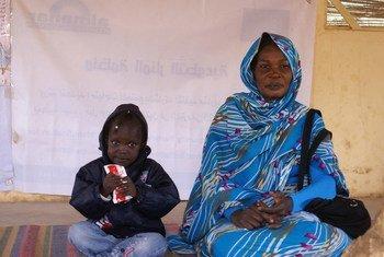 Distribution d'une pâte nutritive dans un centre de santé d'Al Manar, au sud de Khartoum, au Soudan. Photo OCHA