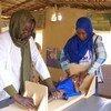Un enfant est mesuré dans le centre de santé Al Manar, à Mayo, au sud de Khartoum, au Soudan.