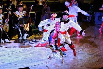 Miembros de la Academia Nacional de Folclore y Danza de Mongolia durante una actuación en las Naciones Unidas.