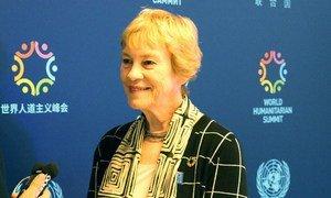 La Conseillère spéciale des Nations Unies pour le Sommet sur la réponse aux vastes mouvements de réfugiés et de migrants, Karen AbuZayd, en mai 2016. Photo : Centre d'actualités de l'ONU / Stéphanie Coutrix