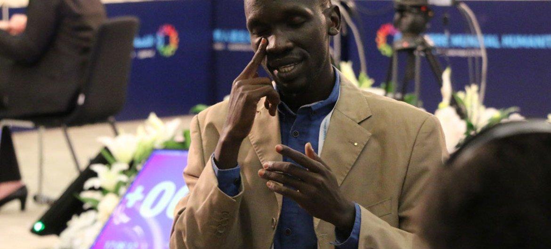 Intérprete del lengua de señas. Foto ONU/Stéphanie Coutrix
