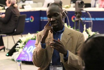 Sign language interpreter at the special session on the inclusion of persons with disabilities into humanitarian action, at the World Humanitarian Summit.