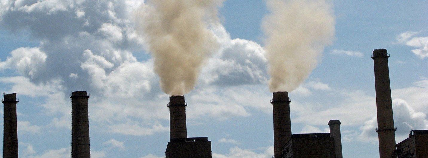 科索沃的一处传统煤炭发电厂,大量的温室气体直接排入空中。