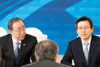 """潘基文秘书长参加在韩国济州岛举行的""""济州论坛""""。联合国图片/Mark Garten"""