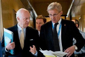 L'Envoyé spécial de l'ONU pour la Syrie, Staffan de Mistura (à gauche), et son conseiller spécial Jan Egeland, arrivent à leur conférence de presse à Genève. (archives) Photo ONU/Jean-Marc Ferré
