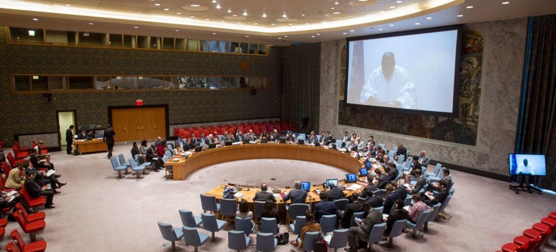 Plan large sur la salle du Conseil de sécurité alors que Mohammed Ibn Chambas (sur l'écran), représentant spécial et chef du Bureau des Nations Unies pour l'Afrique de l'ouest et le Sahel (UNOWAS), s'exprime par visioconférence.(archive) Photo ONU/Loey Felipe