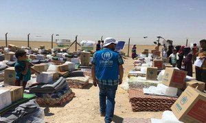 UNHCR staff in Iraq distribute emergency kits to newly-displaced families from Falluja.