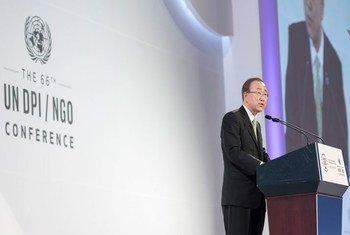 潘基文秘书长在韩国庆州举行的第66届联合国新闻部/非政府组织会议开幕式上发表讲话。联合国图片/Mark Garten