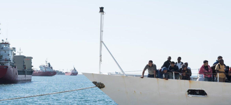 在地中海被救援的难民和移民抵达西西里岛。(资料)