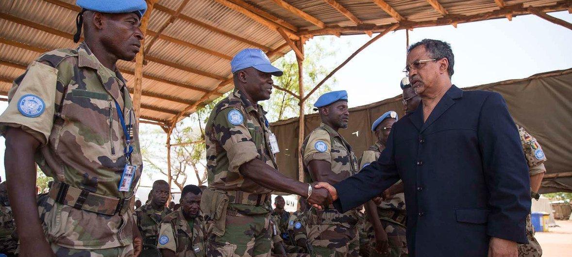 Le Représentant spécial du Secrétaire général pour le Mali et chef de la MINUSMA, Mahamat Saleh Annadif, passe en revue des Casques bleus de la Mission.