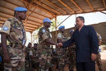 Le Représentant spécial du Secrétaire général pour le Mali et chef de la MINUSMA, Mahamat Saleh Annadif, passe en revue des Casques bleus de la Mission. Photo : MINUSMA