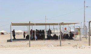 Le 30 mai 2016, dans la province d'Anbar, en Iraq, des personnes déplacées de Falloujah attendent une distribution d'aide dans un camp. Photo OCHA/Sheri Ritsema-Anderson