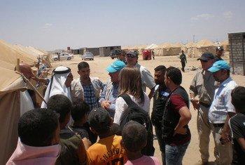 Trabajadores humanitarios asisten a desplazados en el campo de refugiados de Amiriyat Al Fallujah. Foto:UNICEF/Mark Beresford