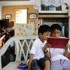 菲律宾宿务,两个男孩正用平板电脑学习。