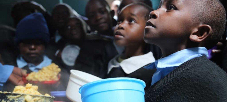 Des repas scolaires du PAM sont servis dans un centre éducatif à Kibera, au Kenya. Photo PAM/Challiss McDonough