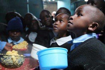 Mpango wa mlo shuleni kwa hisani ya WFP hapa watoto wako kwenye kituo cha elimu Kibera, Kenya.