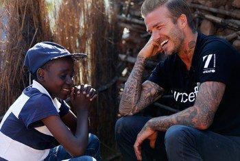 L'ambassadeur de bonne volonté de l'UNICEF, David Beckham, rencontre Sébenelle, âgée de 14 ans, à Makhewu, au Swaziland, qui reçoit un soutien du Fonds dans la gestion de la malnutrition chez les enfants séropositifs.