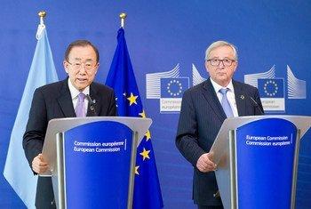 潘基文秘书长与欧盟委员会主席容克举行联合记者会。联合国图片/Rick Bajornas