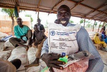 Des réfugiés et leurs communautés d'accueil au Soudan du Sud reçoivent des semences et des outils agricoles de la part du HCR et de la FAO afin de lutter contre l'insécurité alimentaire. Photo FAO/UNHCR/Albert González Farran