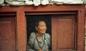 Une femme âgée dans un village népalais. Photo ONU/John Isaac