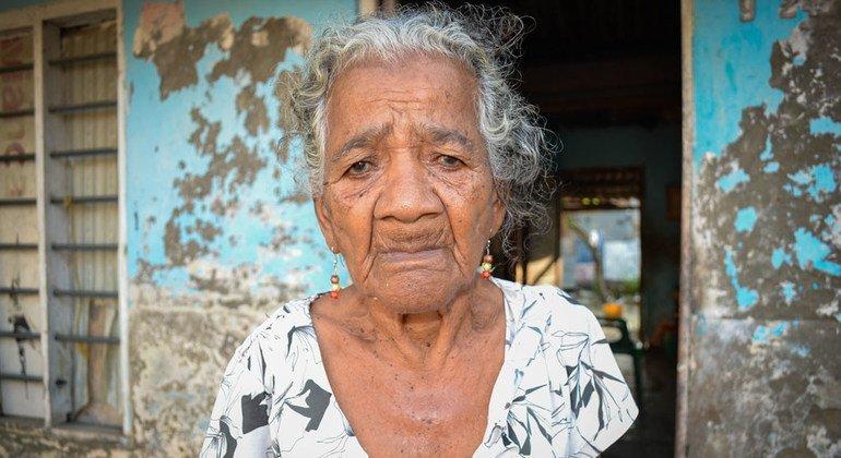 Dora Valiente, una anciana de 80 años en La Boquilla, Cartagena, Colombia. Según la OMS, el 10% de las personas mayores sufre algún tipo de violencia.