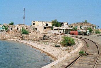 Las vías y los edificios destruidos en Massawa, Eritrea, son testigo del conflicto transfronterizo entre el país y Etiopía.
