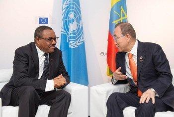 Le Secrétaire général Ban Ki-moon (à droite) rencontre le Premier ministre d'Ethiopie, Hailemariam Dessalegn, à Bruxelles. Photo ONU/Rick Bajornas