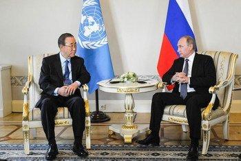 Генеральный секретарь ООН Пан Ги Мун и президент России Владимир Путин на встрече в Санкт-Петербурге.  Фото ООН