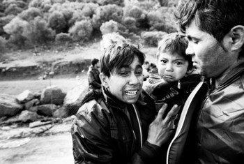 أسرة أفغانية لدى وصولها إلى جزيرة لسبوس اليونانية بعد رحلة خطرة عبر البحر.
