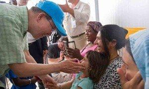 Le Secrétaire général Ban Ki-moon visite le camp de réfugiés de  Kara Tepe sur l'île grecque de Lesbos le 18 juin 2016. Photo ONU/Rick Bajornas