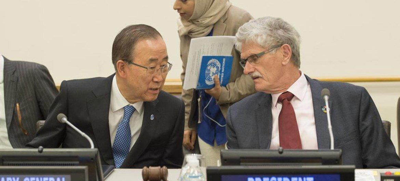 Пан Ги Мун  и Могенс Люккетофт в штаб-квартире  ООН на заседании Генеральной Ассамблеи ООН. Фото ООН