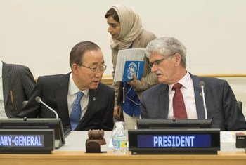 رئيس الجمعية العامة للأمم المتحدة، مونز ليكتوفت (يمين) والأمين العام للأمم المتحدة، بان كي مون (يسار)، أثناء افتتاح الاجتماع غير الرسمي للجمعية العامة في مقر الأمم المتحدة في نيويورك.