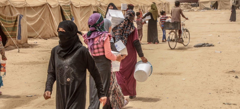 Des familles arrivées de Falloujah reçoivent une assistance à Al Khalidiya. Photo OCHA/Themba Linden