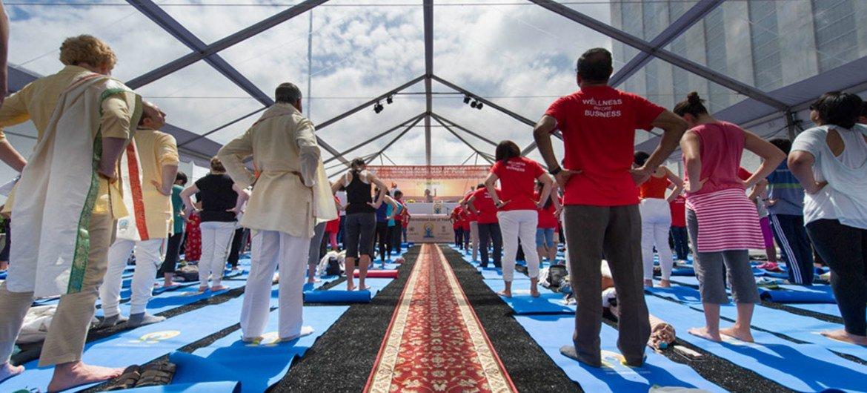 Celebración del Día Internacional del Yoga en la sede de la ONU. Foto de archivo: ONU/Mark Garten