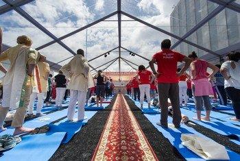 联合国纽约总部举行庆祝国际瑜伽日活动。联合国图片/Mark Garten