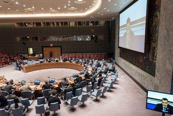 El Consejo de Seguridad escuchando el informe de Ismail Ould Cheikh Ahmed desde Kuwait. Foto ONU: Mark Garten.