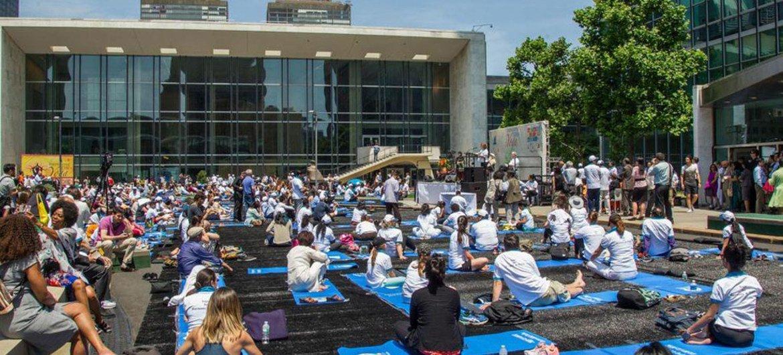 Célébration de la Journée internationale du yoga au siège de l'ONU. Photo ONU/JC McIlwaine
