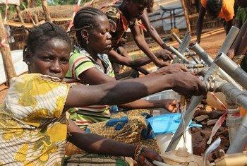 A Bambari, en République centrafricaine, les opérations humanitaires sont entravées par le mauvais état des routes, les bandits, les pillages et la violence des milices. (2015). Photo OCHA/Gemma Cortes