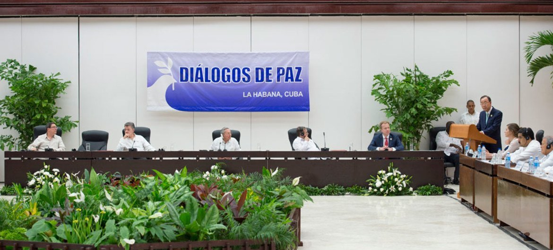 Imagen de la ceremonia de firma ayer en La Habana del acuerdo sobre cese el fuego y dejación de armas entre el Gobierno de Colombia y las FARC-EP. Foto: ONU/Eskinder Debebe