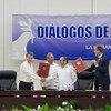 El presidente de Colombia, Juan Manuel Santos (segundo por la izq.), y el líder de las FARC-EP, Timoleón Jiménez, se dan la mano tras la firma del acuerdo sobre cese al fuego bilateral y definitivo, en presencia del Secretario General de la ONU, Ban Ki-moon (primero por la izq.) La Habana, 23 junio de 2016. Foto: ONU/Eskinder Debebe