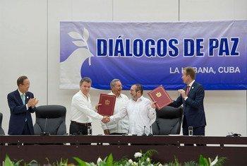 Церемонии подписания двустороннего соглашения о прекращении огня и сдаче оружия между правительством Колумбии и ФАРК. Фото ООН